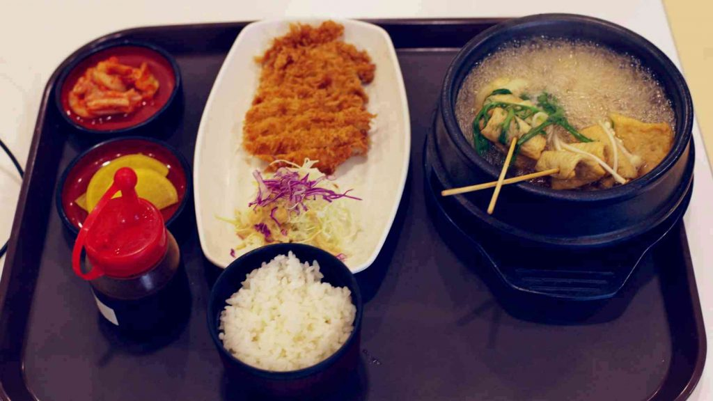 A picture of donkatsu (돈까스), fish cake soup (어묵), and side dishes in a Korean restaurant.