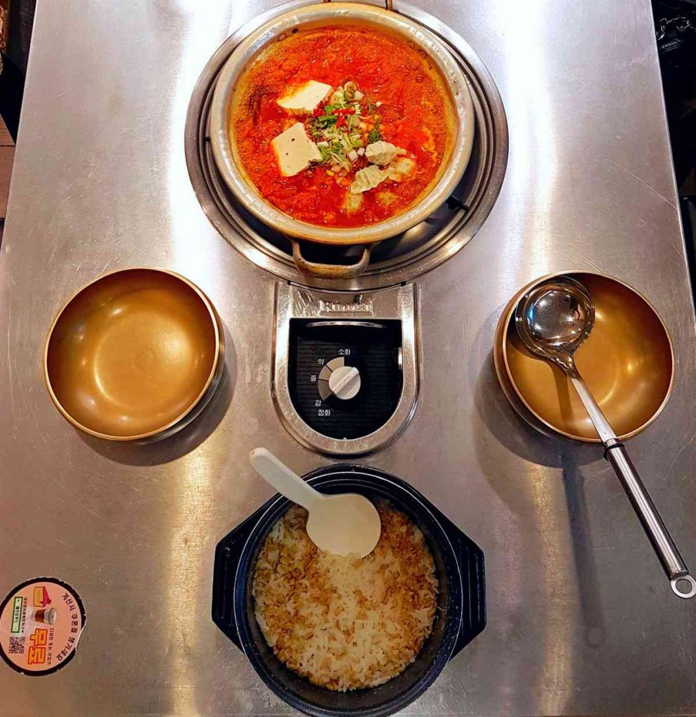 A picture of kimchi soup and rice at a restaurant in Korea.