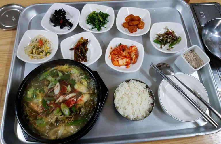 A picture of a traditional Korean with with soup and banchan (반찬), or side dishes.