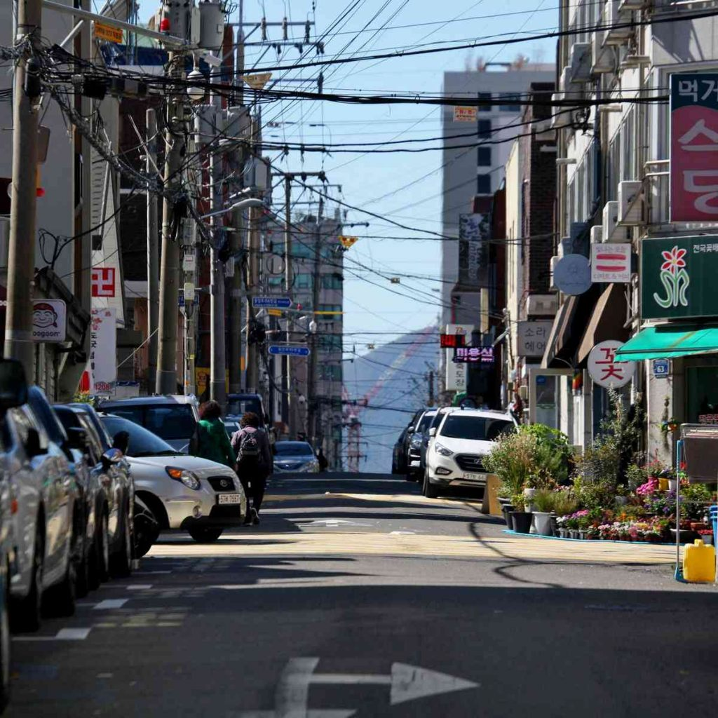 A picture of a small back street in South Korea.