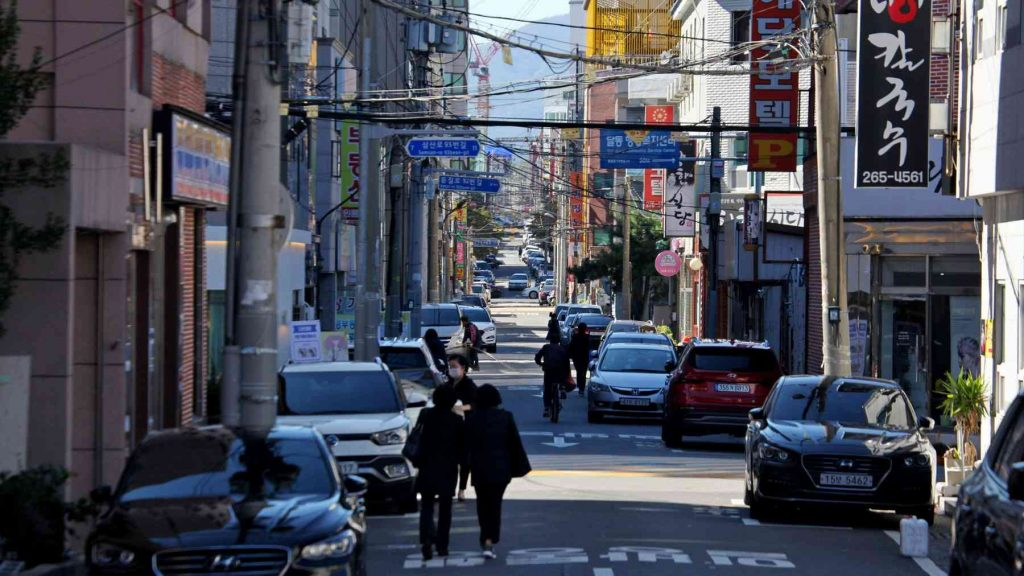 A picture of a back street in South Korea.
