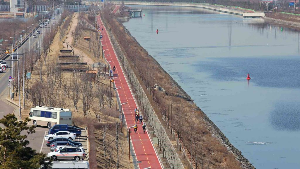 An overhead view of the Ara Bicycle Path and Gyeongin Ara Waterway from Baekseok Bridge.