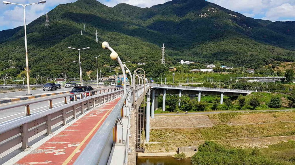 A picture of the bike path on Paldang Bridge connecting Hanam and Namyangju cities just outside of Seoul, South Korea.