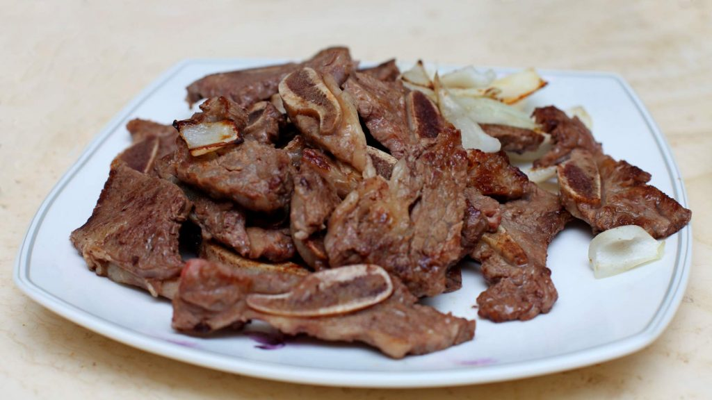 A picture of beef galbi (갈비).