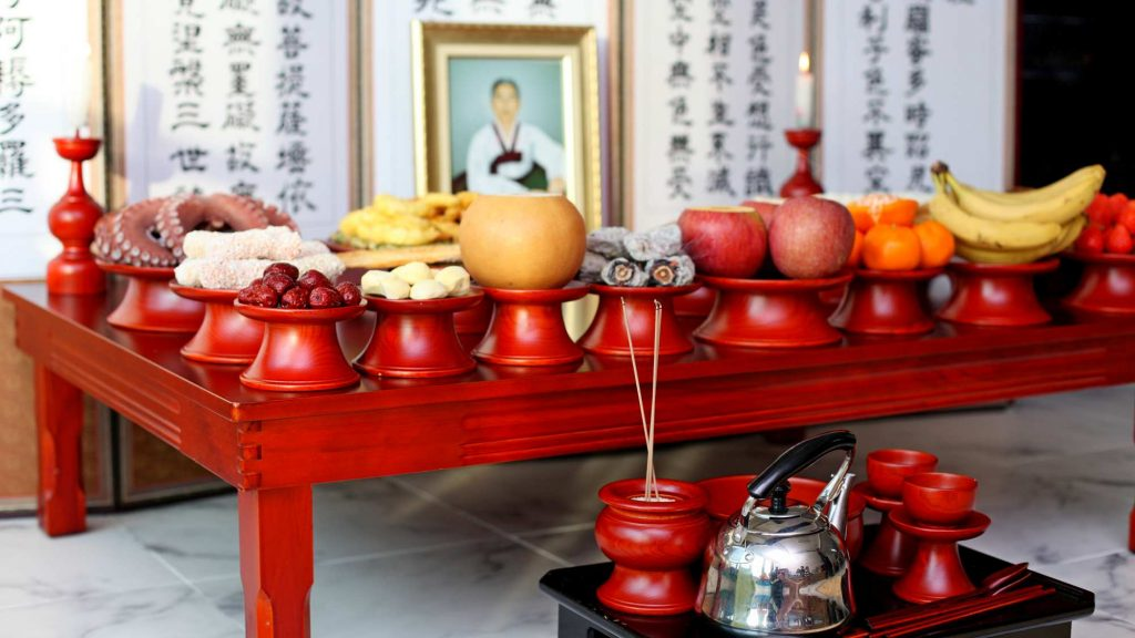 A picture of a Charye (차례) offering table, displaying fruit, meat, and other offerings for departed loved ones.