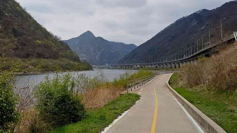 A picture of the bicycle path on the Bukhangang Bicycle path.