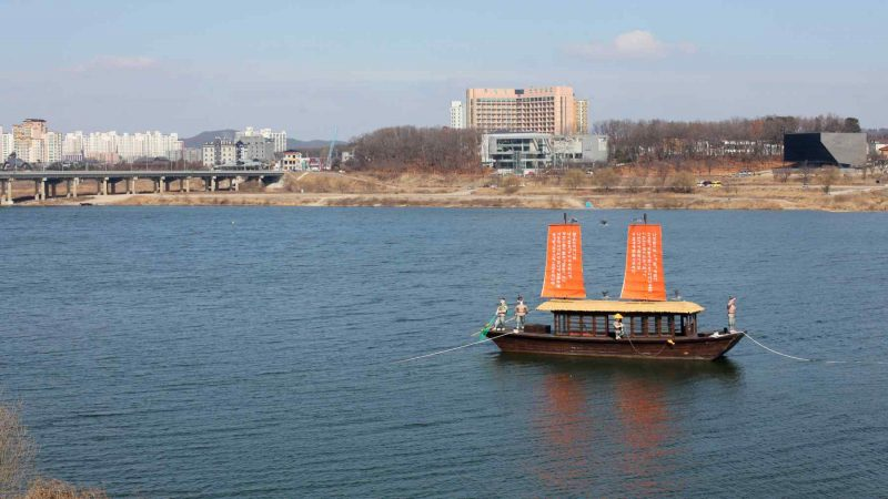 A picture of a Joseon Dynasty era boat anchored in the Han River near the city of Yeoju in South Korea.