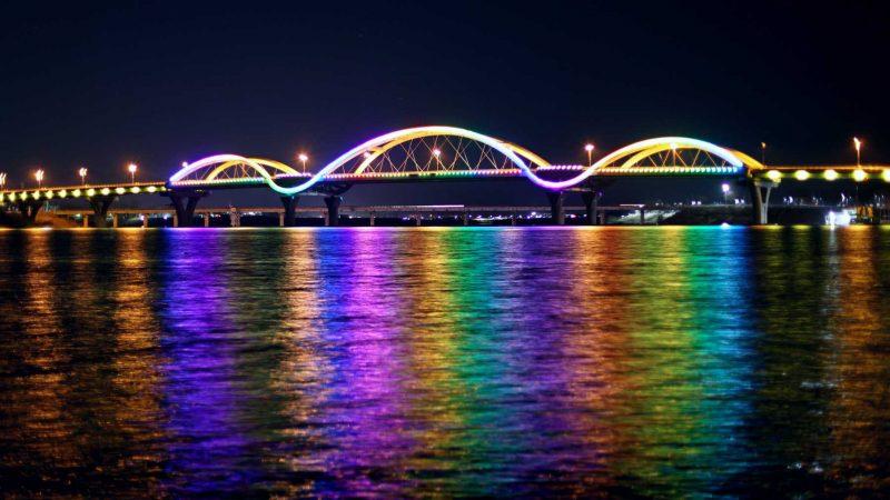 The Tangeum Bridge Bridge (탄금대교) crosses the South Han River near the northern boundary of downtown Chungju.