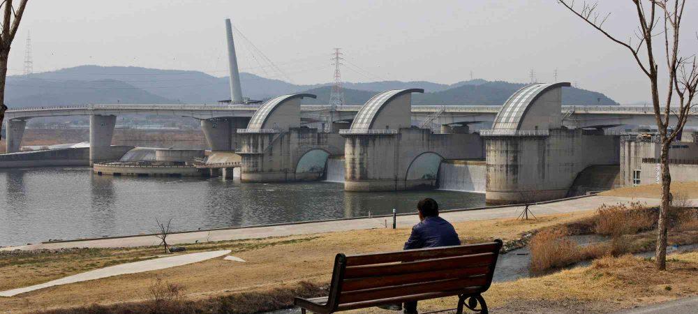 A picture of Gangjeong Goryeong-bo dam near Daegu.