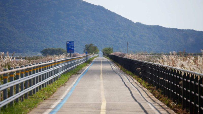 A picture of the Yeongsangang Bike Path near Mokpo City in South Korea.